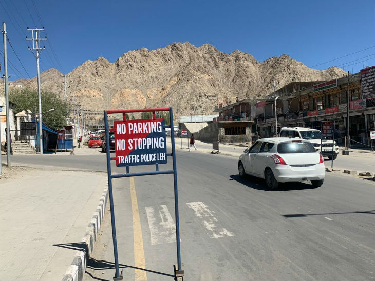 तस्वीर लेह हाईवे की है। चीन के साथ तनाव के बाद यहां सेना की गाड़ियों का मूवमेंट तेज हो गया है।