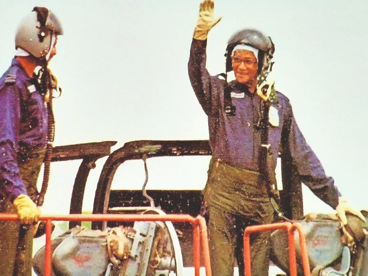 2003 में मिग-21 में उड़ान भरने के बाद जार्ज फर्नांडिस।