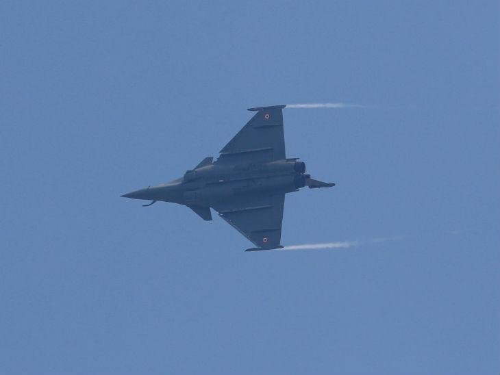 राफेल ने तेजस और जगुआर एयरक्राफ्ट के साथ फ्लाईपास्ट में करतब दिखाए।