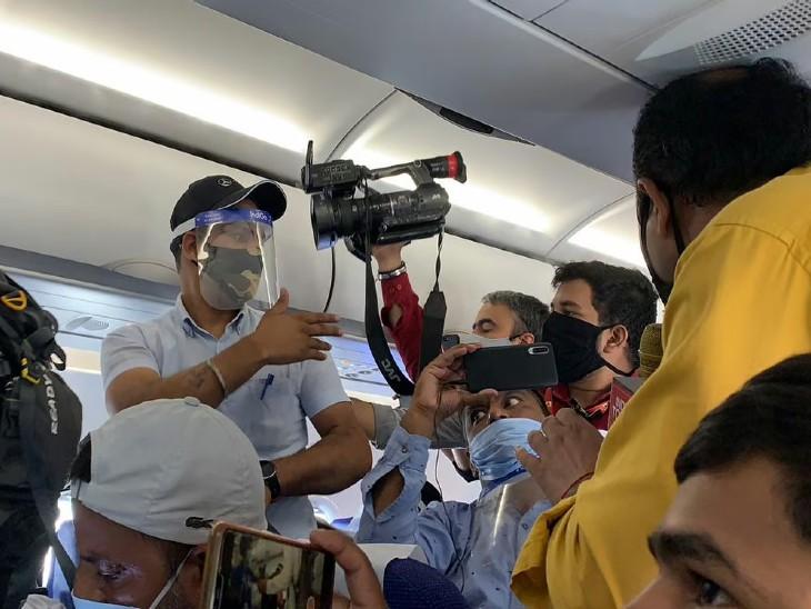 एक्ट्रेस का वीडियो कैप्चर करने के दौरान कई मीडियाकर्मी धक्कामुक्की करते हुए नजर आये।