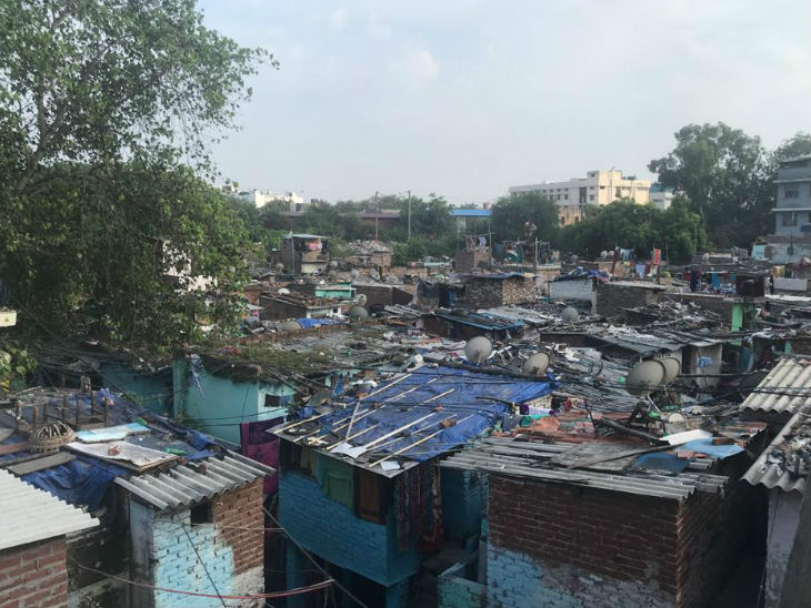 More than 25 thousand families live in these slums located around Kirti Nagar. The Supreme Court has ordered the demolition of 48 thousand slums in Delhi, which has scared the living here.