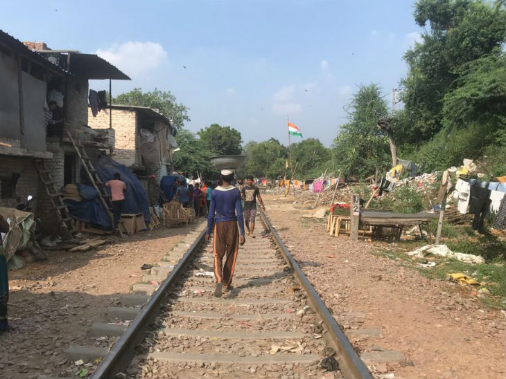 During the year 2003-04, the Railways provided Rs 11.25 crore for rehabilitation of Dusib. But out of 4410 slums, only 257 were rehabilitated.