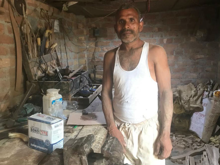 Kirti Nagar has the largest furniture market in Asia. Raj Mangal Vishwakarma, who works here, says that through his hard work, we settle the house of all officers, leaders and judges, but they ruin our house with their decisions.