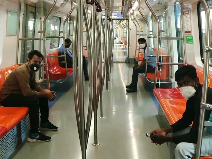 यह फोटो दिल्ली के बॉटेनिकल गार्डन मेट्रो स्टेशन का है।