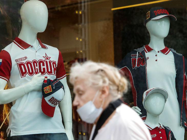रूस की राजधानी मॉस्को में एक बुजुर्ग महिला मास्क पहेने बाहर नजर आई। देश में अब तक 10 लाख से ज्यादा मामले सामने आ चुके हैं।