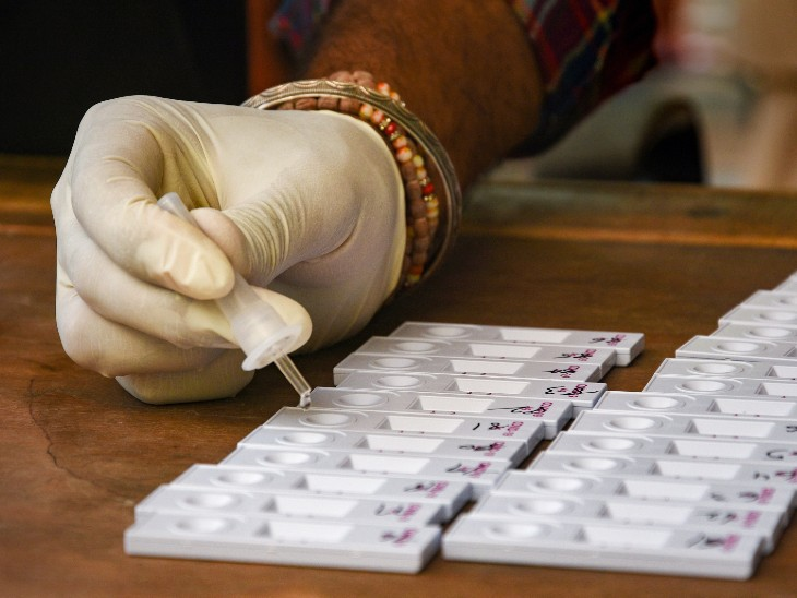 फोटो पंजाब के जालंधर शहर की है। यहां रैपिड एंटीजन टेस्ट का सैंपल चेक करता स्वास्थ्यकर्मी। पंजाब में अब तक 74 हजार से ज्यादा लोग संक्रमण की चपेट में आ चुके हैं। - Dainik Bhaskar