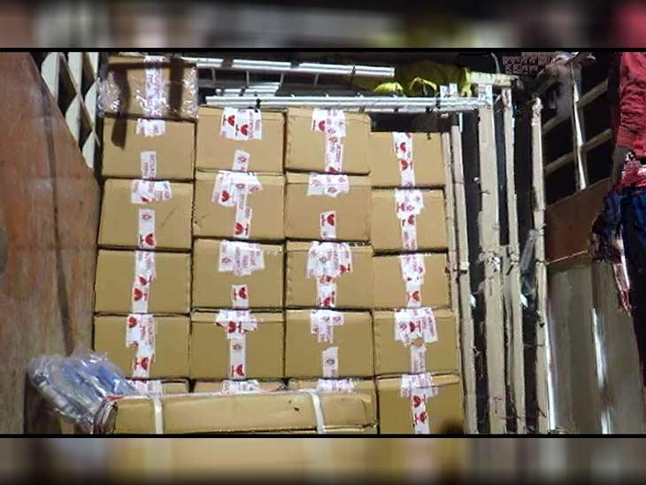 ट्रक में इन पेटियों में भरकर ले जाई जा रही थी शराब।