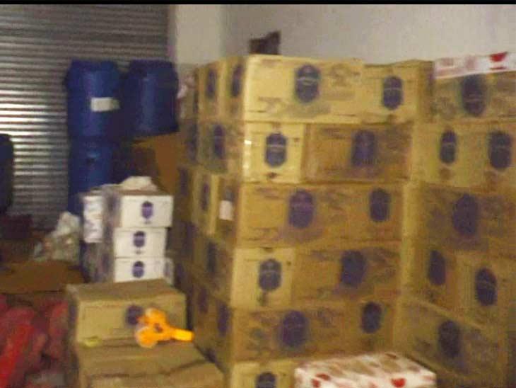 गोदाम में रखी मिली शराब की पेटियां।