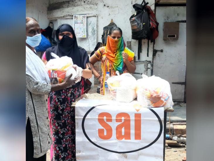 यहां के सेक्स वर्कर्स की मदद के लिए साईं संस्था काम कर रही है। इनके लिए राशन और फल मुहैया करा रही है।