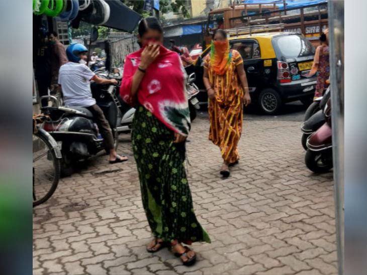 कमाठीपुरा में करीब 3500 सेक्स वर्कर्स रहती हैं। इसी धंधे के बल पर इनके घर परिवार और बच्चों की पढ़ाई का खर्च चलता है। कोरोना के चलते इनकी जीविका तबाह हो गई है।