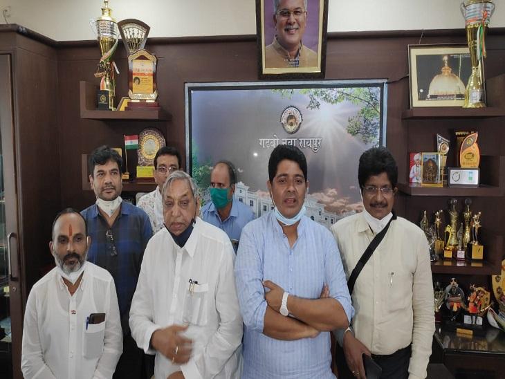 तस्वीर में विधायक सत्यनारायण, महापौर एजाज समेत स्कूल संचालक और जिला शिक्षा अधिकारी शामिल हुए।