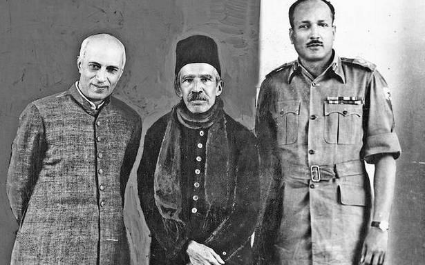 ऑपरेशन पोलो के बाद हैदराबाद के आखिरी निजाम 25 दिसंबर 1949 को प्रधानमंत्री नेहरू और मिलिट्री गवर्नर मेजर जनरल जयंतो चौधरी के साथ निजाम के किंग कोठी पैलेस में ।