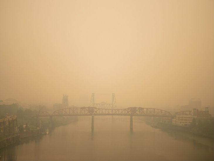 ओरेगन के पोर्टलैंड में आग की वजह से हवा में धुआं फैल गया है।