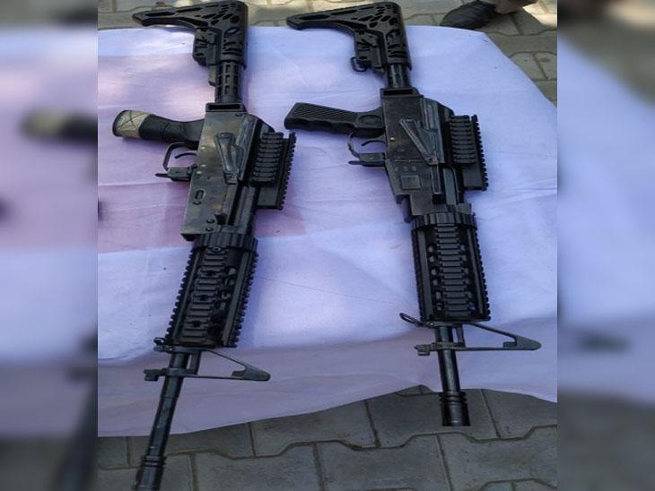 बीएसएफ के द्वारा बरामद की गई दो एम-16 राइफल्स।