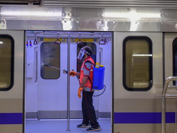 फोटो दिल्ली के कश्मीरी गेट मेट्रो स्टेशन की है। यहां ट्रेन को सैनिटाइज करता सफाईकर्मी। दिल्ली में अब तक 2.09 लाख से ज्यादा लोग संक्रमित हो चुके हैं।