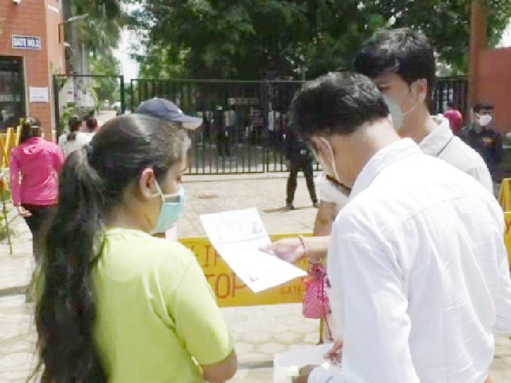 पूरी तैयारी के बाद परिजनों ने बच्चों को भीतर जाने दिया।