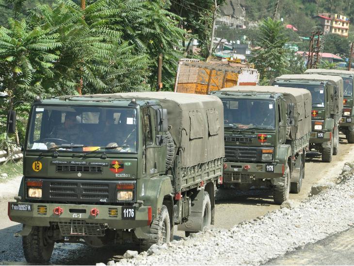 भारत और चीन के बीच लद्दाख में मई से तनाव बना हुआ है। 29-30 अगस्त की रात को चीन के 500 सैनिकों ने पैंगॉन्ग झीलके दक्षिणी छोर की पहाड़ी पर कब्जे की कोशिश की थी, जिसे नाकाम कर दिया। फोटो मनाली-लेह रोड का है। - Dainik Bhaskar