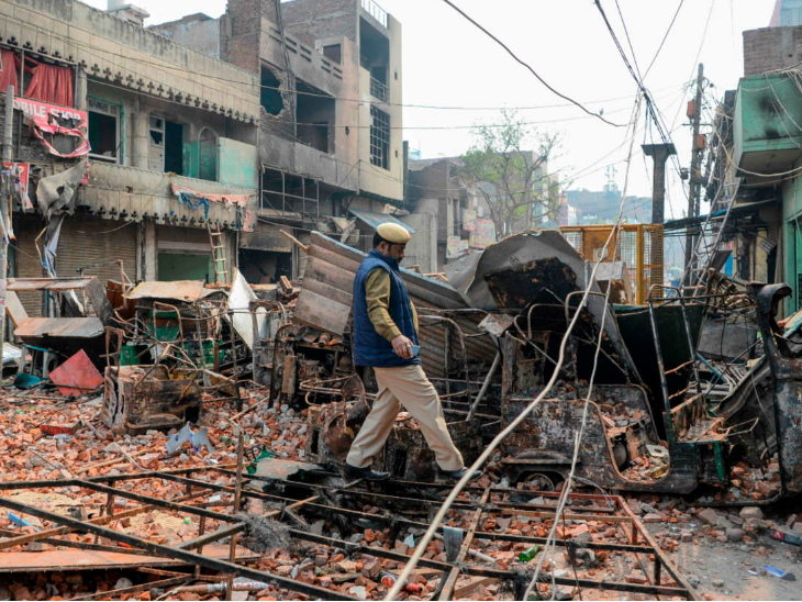 सीएए के विरोध-प्रदर्शनों के बीच उत्तर-पूर्वी दिल्ली में 24 फरवरी को दंगे भड़के थे। इसमें 53 लोगों की मौत हो गई थी और 200 से ज्यादा लोग जख्मी हो गए थे।- फाइल फोटो - Dainik Bhaskar