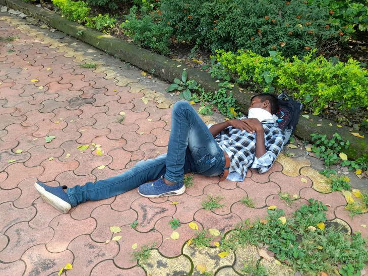 परीक्षा के दौरान भोपाल में रोड पर इस तरह भी लोग आराम करते नजर आए।