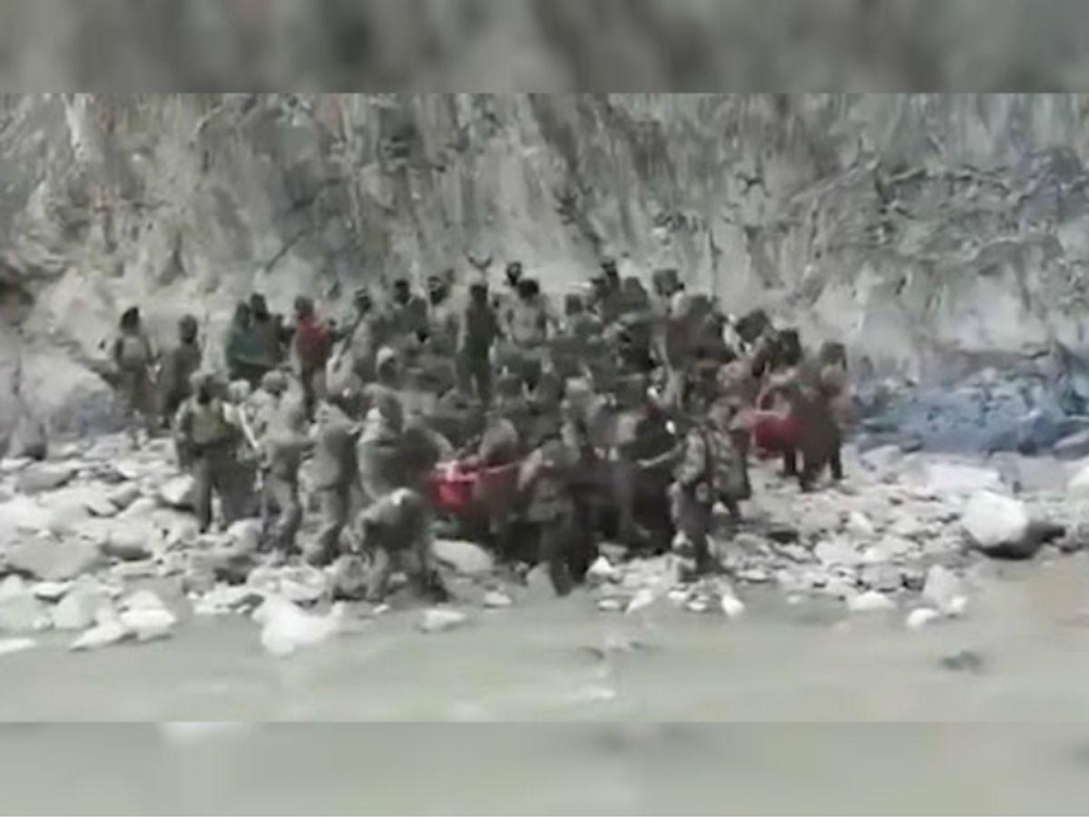 कुछ दिन पहले ही 15 जून को गलवान हुई झड़प का एक वीडियो सामने आया था। यह फोटो उसी वीडियो से ली गई है, जिसमें चीन और भारत के सैनिक झड़प करते दिखाई दिए। - Dainik Bhaskar