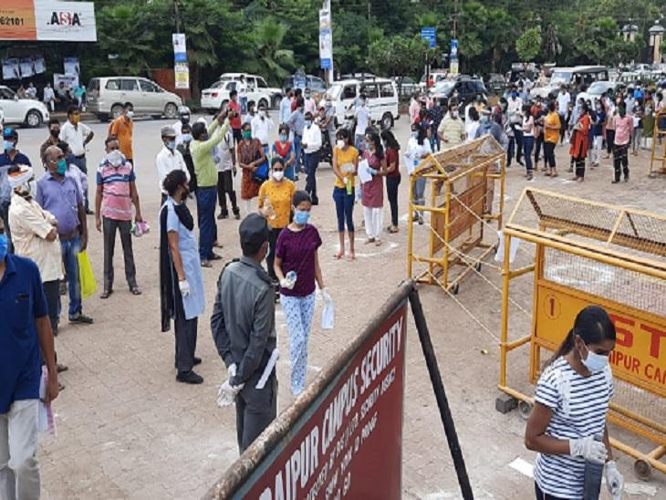 फोटो रायपुर के एनआईटी कैंपस की है, तस्वीर में सिर्फ स्टूडेंट्स और परिजन की भीड़ दिख रही है।