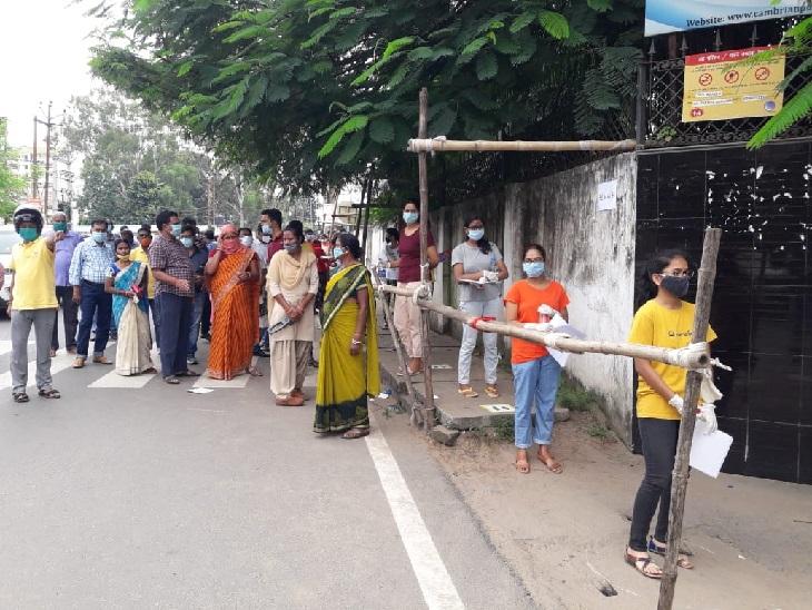 कांके स्थित कैंब्रियन पब्लिक स्कूल के बाहर सड़क पर पैरेंट्स की जुटी भीड़।