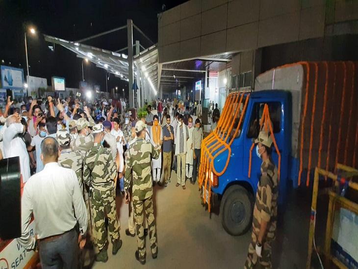 शाम सात बजे रघुवंश प्रसाद सिंह का पार्थिव शरीर पटना एयरपोर्ट लाया गया।