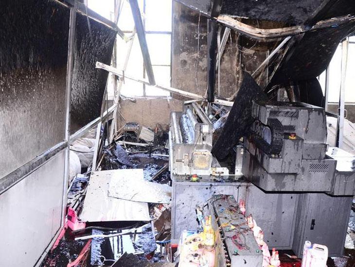 आग बुझा लिए जाने के बाद फैक्ट्री में जला हुआ सामान और मशीनरी।