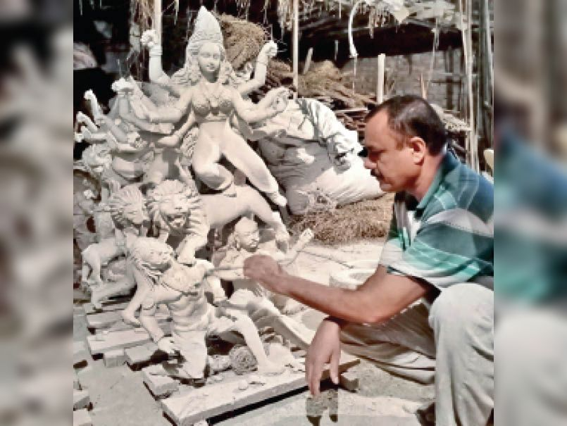 दुर्गा पांडाल की अनुमति दी, मूर्तियाें का साइज तय नहीं किया, इसलिए छोटी मूर्ति ही बना रहे हैं मूर्तिकार|महू,Mhow - Dainik Bhaskar