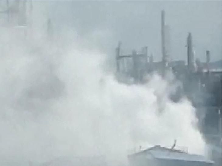 गैस के चलते सांस लेने में समस्या हुई तो आसपास की कंपनियों में भी घबराहट फैल गई।