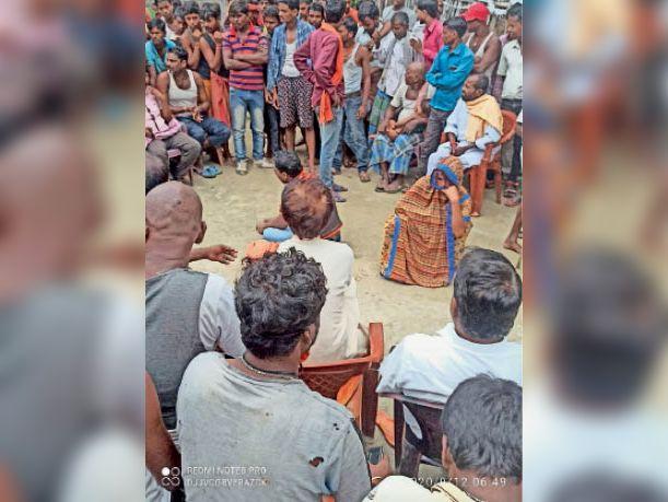 महिला के साथ ग्रामीण चिकित्सक को पकड़ने पर आयोजित पंचायत में जुर्माने का फरमान सुनाते पंच।