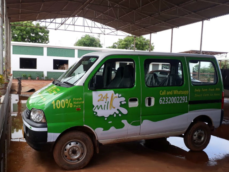 He has kept a special van for the supply of milk. In which there is also a system of keeping milk cool so that the milk does not spoil due to heat.