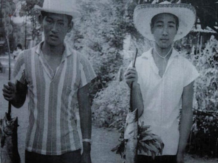 बचपन के इस फोटो में सुगा (दाएं) अपने बचपन के दोस्त मासाशी यूरी (बाएं) के साथ नजर आ रहे हैं। सुगा स्कूल की पढ़ाई पूरी करने के बाद भागकर टोक्यो आ गए थे।