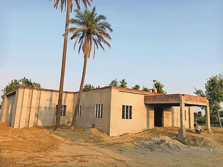 स्कूल में निर्माण कार्य जारी।