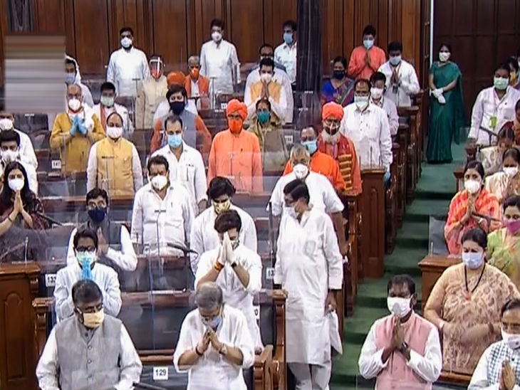 During the Lok Sabha proceedings, MPs were seen wearing masks. Jyotiraditya Scindia also wore gloves.