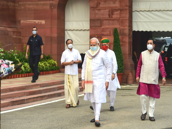 Prime Minister Narendra Modi reached Parliament at 8:30 am. During this time, he wore a mask. He also spoke to the media.
