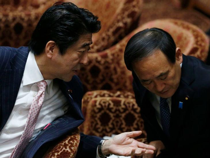 जापान के पूर्व प्रधानमंत्री शिंजो आबे के साथ सुगा की यह फोटो 2014 की है। सुगा को आबे का करीबी माना जाता है।