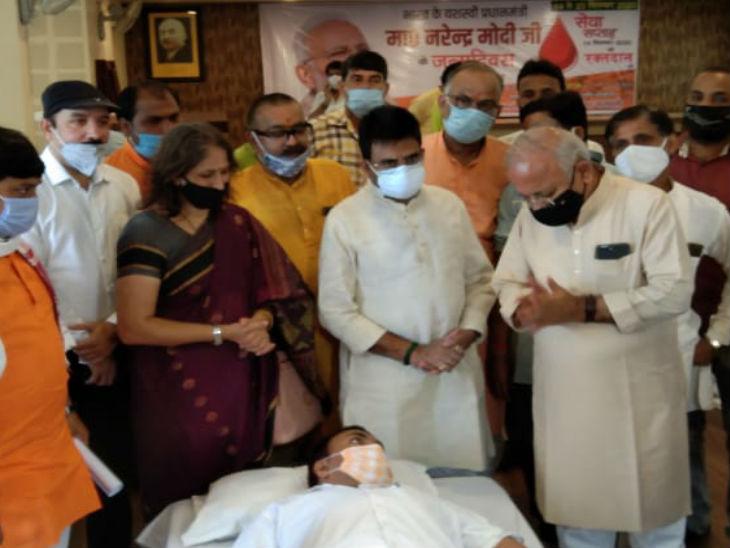 वाराणसी में रक्तदान करते भाजपा कार्यकर्ता।