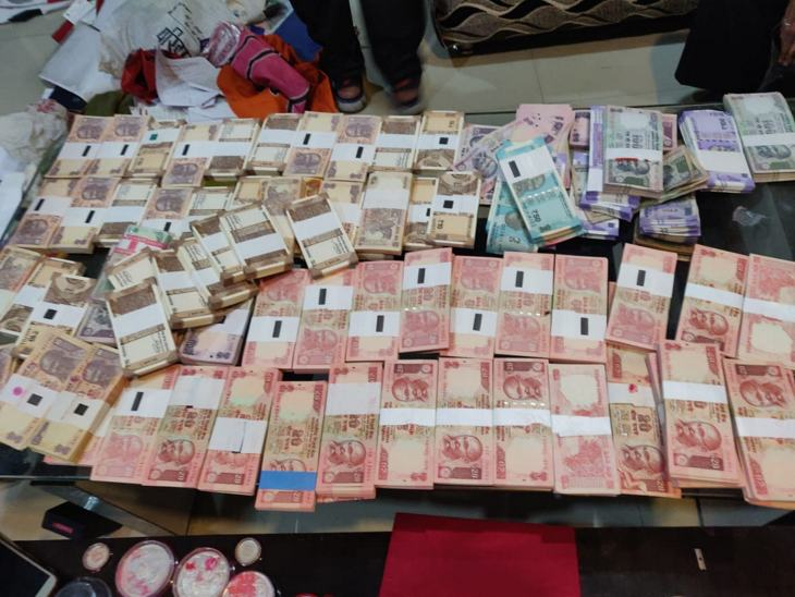 करीब साढ़े तीन लाख रुपए नकद मिले हैं।