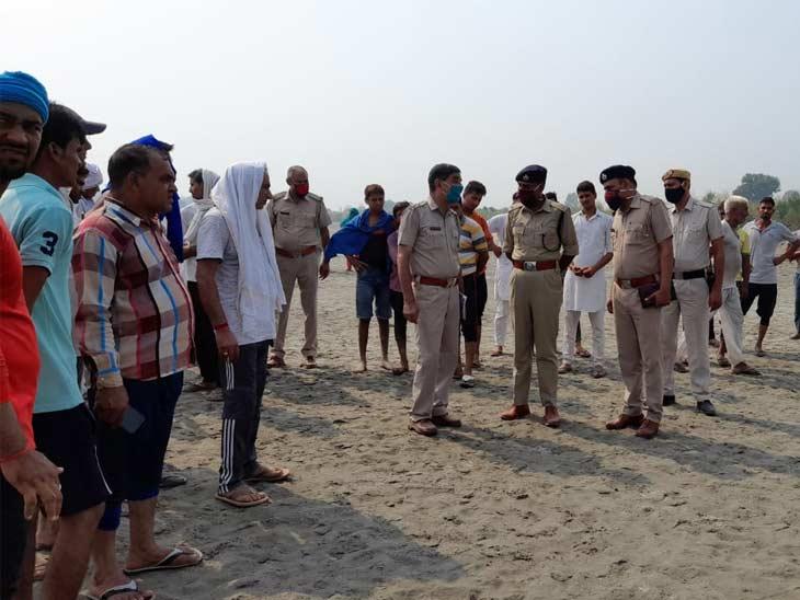 घटनास्थल पर जुटी पुलिस टीम व ग्रामीण।