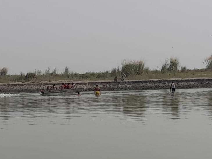 गोताखोर नदी में हर तरफ कर रहे हैं तलाश।
