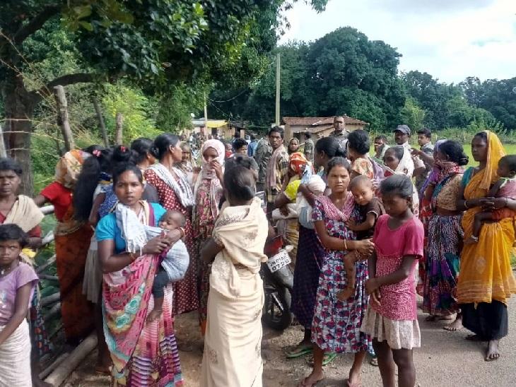 मृतक के घर के बाहर जुटी ग्रामीणों की भीड़।
