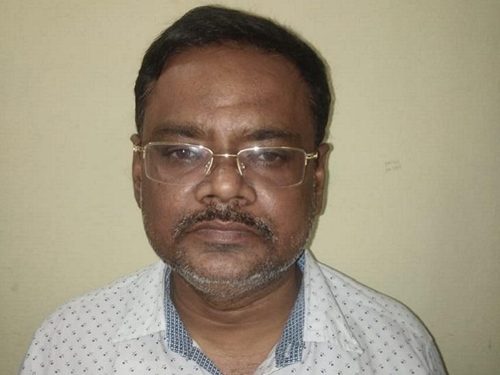 सोने की तस्करी के मामले में पुलिस ने डीडी नगर निवासी शोक बेरा को हिरासत में लिया है। इनकम टैक्स विभाग की टीम आरोपी से पूछताछ कर रही है।