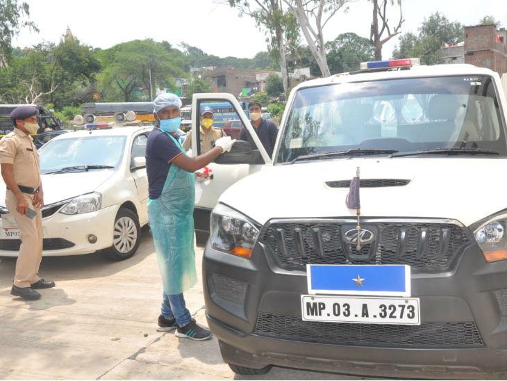 भोपाल के पुलिस कंट्रोल रूम में अधिकारियों की गाड़ियों को भी सैनिटाइज किया गया।