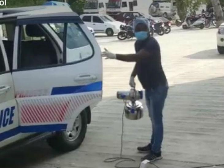 भोपाल के पुलिस कंट्रोल रूम में पुलिस वाहनों को सैनिटाइज किया जाने लगा।