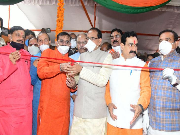 मुख्यमंत्री शिवराज सिंह चौहान और भाजपा प्रदेश अध्यक्ष वीडी शर्मा ने भाजपा के प्रदेश कार्यालय में पीएम मोदी के जीवन पर आधारित चित्र प्रदर्शनी का फीता काटकर शुभारंभ किया।