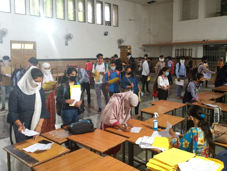 कलेक्शन सेंटर पर इतनी भीड़ हो गई कि छात्र धक्कामुक्की करते नजर आए।