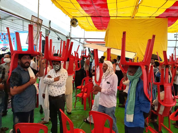 बारिश से बचने के लिए लोगों ने कुर्सियां ओढ़ लीं, लेकिन भीगने से बच नहीं सके।