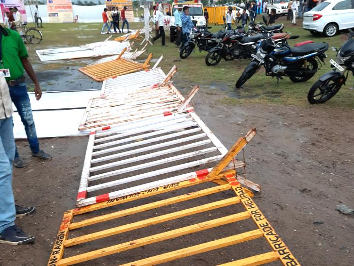 बैरिकेडिंग भी तेज हवा और बारिश से जमीन में गिर गई।