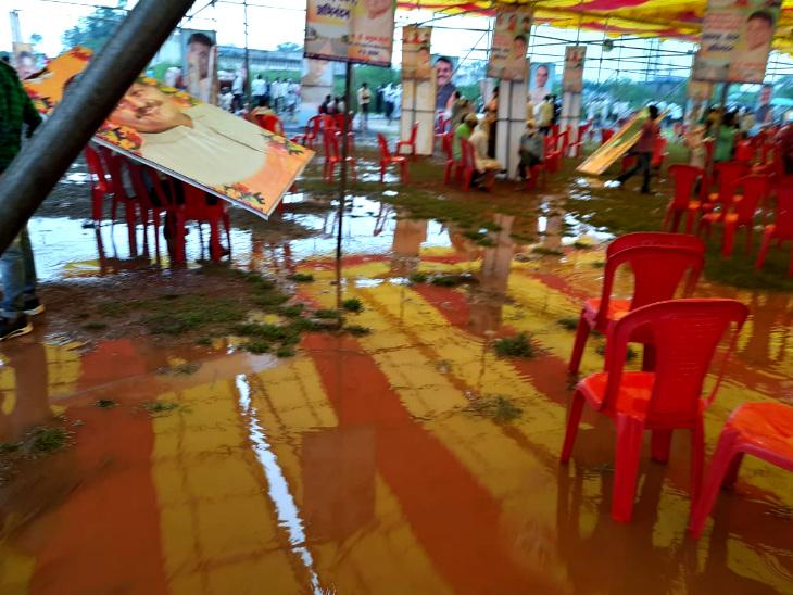 पूरे सभा स्थल पर पानी ही पानी हो गया।